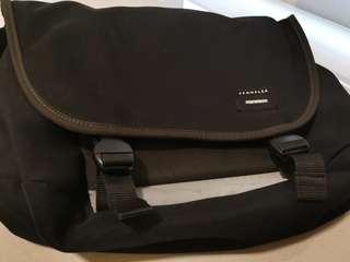 """Crumpler """"the moderate EMBARASSEMENT"""" Black Red messenger bag"""