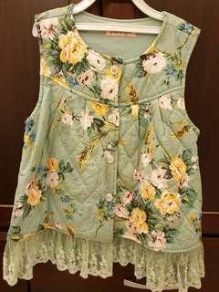 🚚 綠色下擺蕾絲滿版花朵背心(120cm適穿)