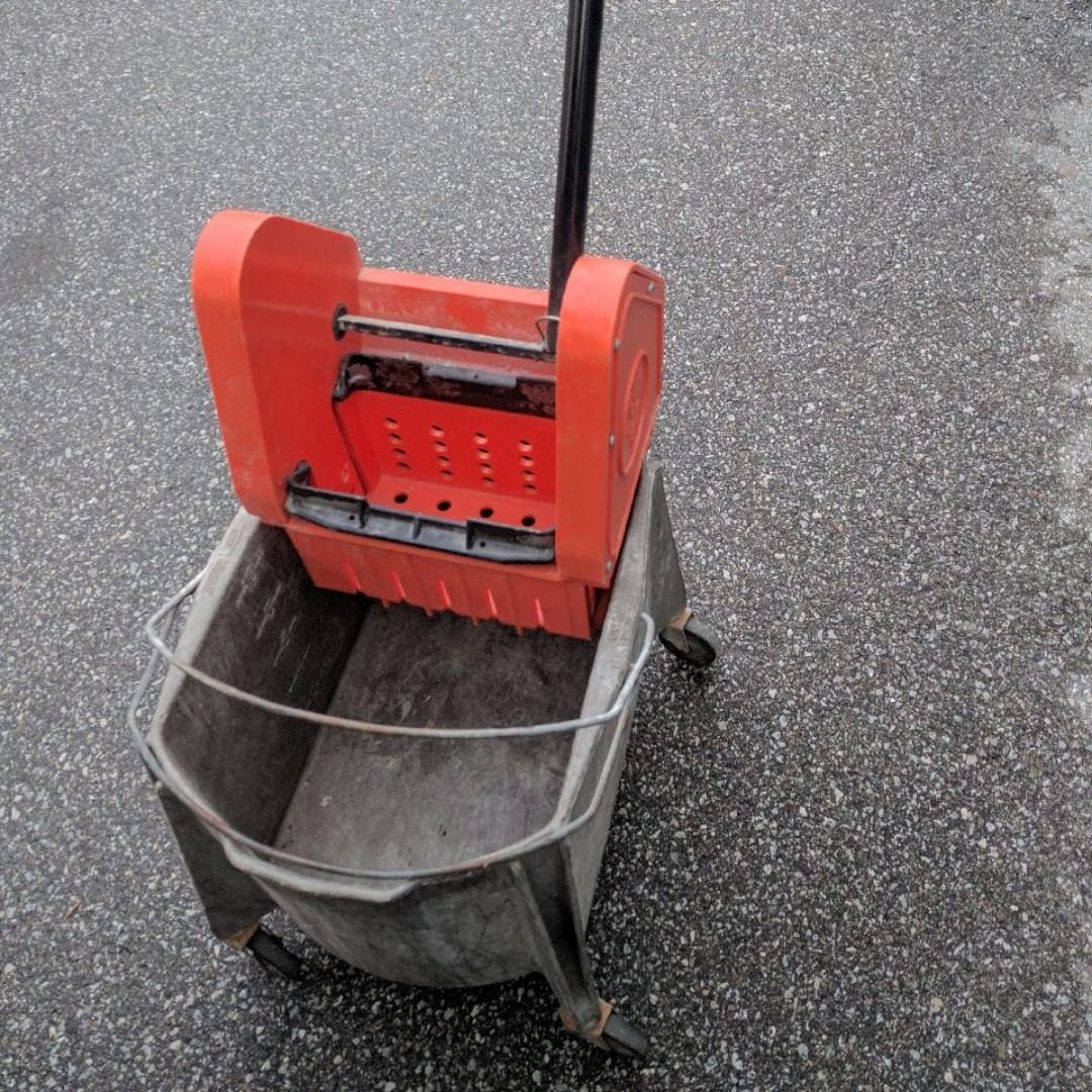 30 Litre Moppe Bucket with Wringer, used, excellent working, on wheels