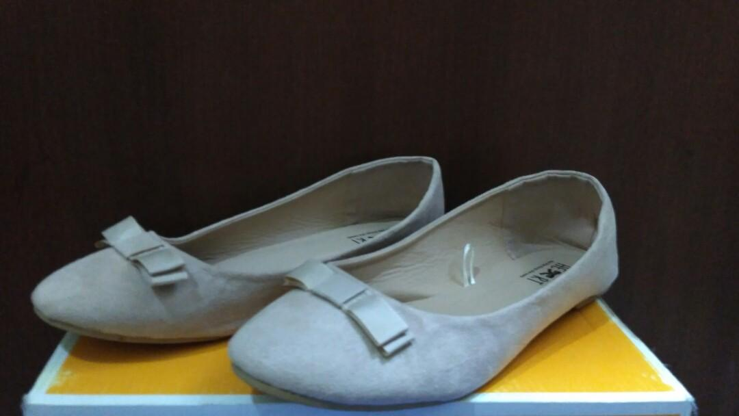 Preloved Flat Shoes Cream