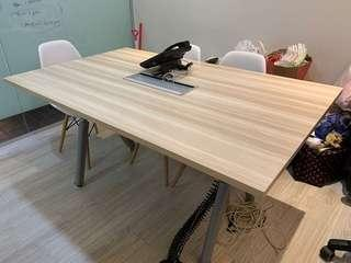 🚚 Conference table