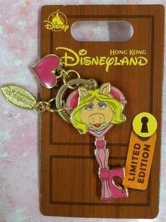 hkdl 香港迪士尼 徽章 pin 豬小姐 key 系列 le 400