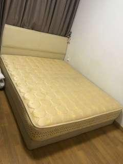 🚚 Queen size bed with mattress