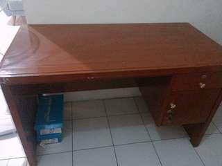 Meja kantor kayu asli
