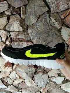 Sepatu baru hitam