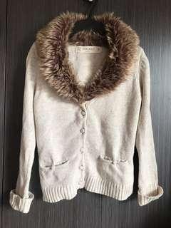 🚚 📍Zara皮毛針織毛衣外套。米白。口袋。短版俏麗。假皮草圍巾。保暖毛衣。白色毛衣