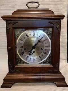 德國咸美頓Hamilton五音鐘,行走正常,每15分响出西敏音响,正点報時,木質精美,高連手秋15寸,横11.5寸,深7寸,品相如圖。