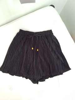 Black ruffles short pants