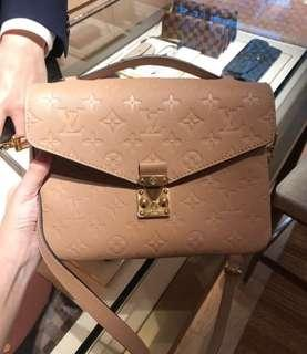 🚚 Louis Vuitton Pochette Metis Empreinte Leather