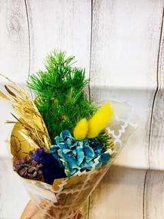 🚚 乾燥藍色康乃馨蓬萊松兔尾金色小花束