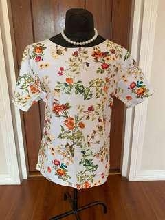 Women: Floral top fits Large-XL