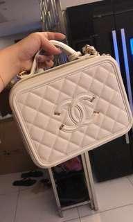 Pre-loved Chanel Vanity case medium White