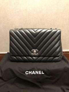 90%new Chanel black handbag with silver chain