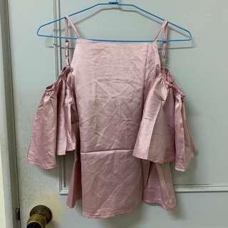 🚚 粉色緞面落肩上衣