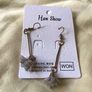 🚚 BN grey floral ear rings
