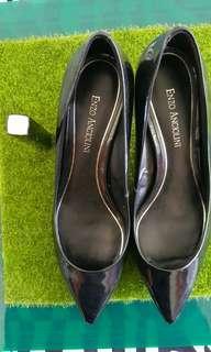 Enzo黑色亮皮高跟鞋