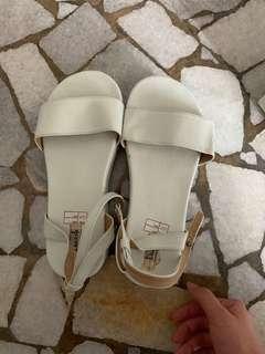Sepatu putih wedges