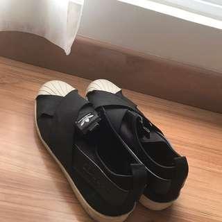 Adidas Slip-On.