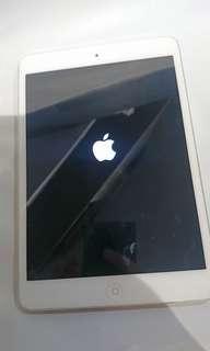 Apple iPad mini wifi 16GB 白色 **(defect in the display function)