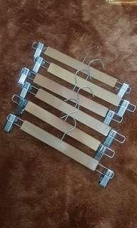 Gantungan baju / hanger kayu jepit untuk celana