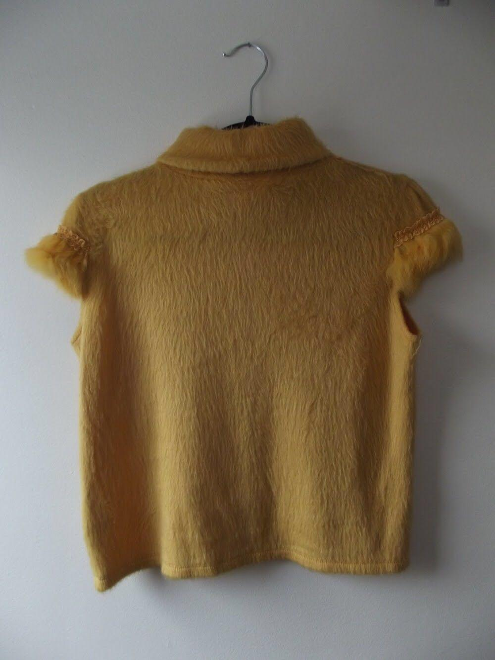 Comfy and fluffy yellow short sleeved shirt size s