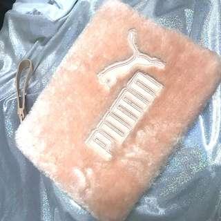 🚚 全新 澳洲購入puma粉紅色毛毛手拿包