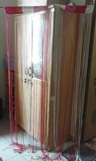tirai pintu warna warni, plus kayu gantungannya..