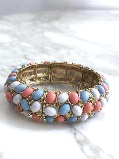 Gelang batu berwarna pink putih dan biru muda