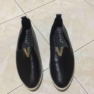 V Black Slop Shoes