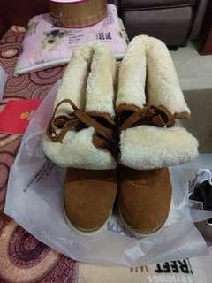 🚚 毛毛靴子需要換底,隨意賣150,型很好看,給有需要的人:)