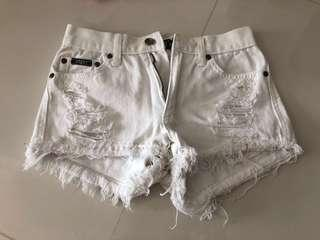 🚚 White Ripped Jeans (JE2)