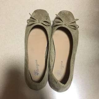 杏色平底鞋