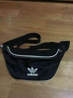 Adidas 胸前小包