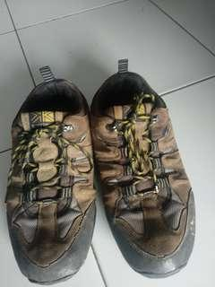 Sepatu Gunung Karrimor bukan Salomon , eiger