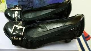 🚚 BESO拉鍊造型低跟鞋