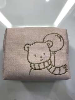 Dompet bordir beruang, bisa diisi berbagai macam barang mulai dr make up, lipstick, parfum, kunci. Bahan halus dan bagian dalam ada spons untuk mencegah barang pecah