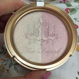 Highlighter Too Faced Candlelight Glow Warna Rosy Glow