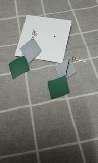 🚚 灰配綠菱形垂墜款耳環