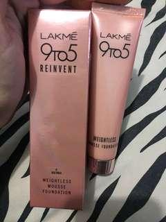 Lakme 9to5 Reinvent Weightless Mousse Foundation - Beige Vanila