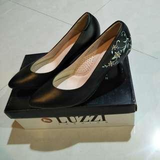 🚚 LUZZI 專櫃 百貨公司 雕花 刺繡 中國風 淑女 OL 空姐 尾牙 經理 面試 氣質 女鞋 高跟鞋 黑色 舒適 好走