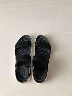 🚚 Crocs sandals