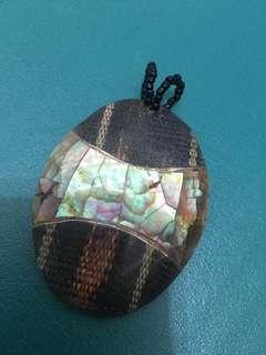 🚚 手工製作異國風情的鑲貝圖騰墜子