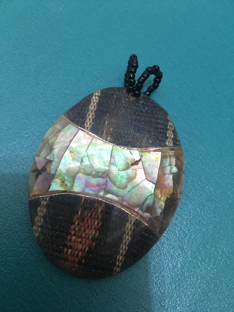 手工製作異國風情的鑲貝圖騰墜子