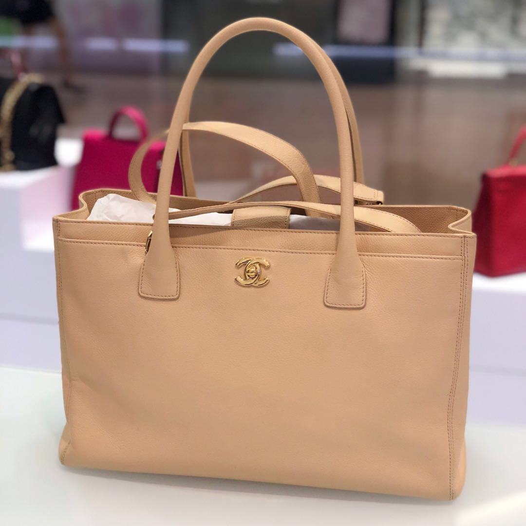 d92319571cfd 💕Superb Deal!💕 Chanel Cerf Tote with strap in Beige Grained ...