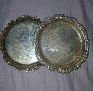 古舊銀質手鏨成吉思汗头像花邊碟壹對。4吋。