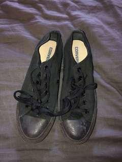 Low cut black converse