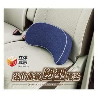 🚚 權世界@汽車用品 日本BONFORM 車用慢回彈記憶棉 超柔軟舒適 C字型止滑棒固定式腰靠墊 文青藍 B5686-76