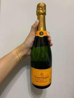 🚚 Veuve Clicquot Champagne with bag