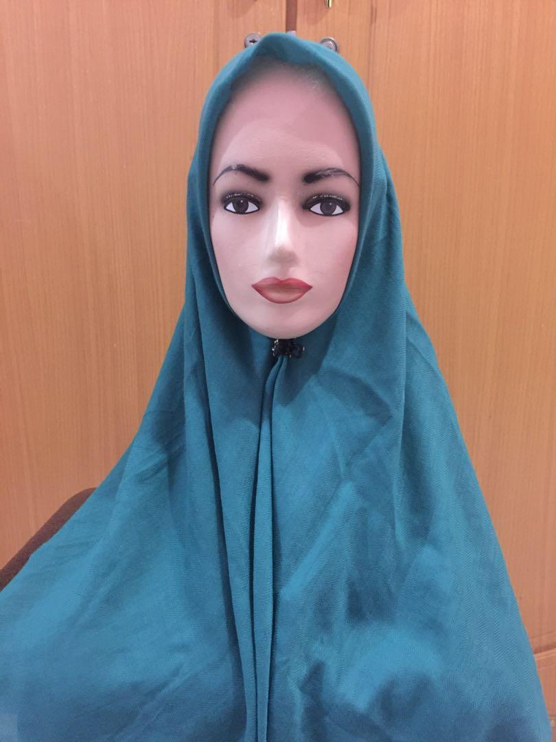 Hijab segi 4 hijau tua motif intan belakang