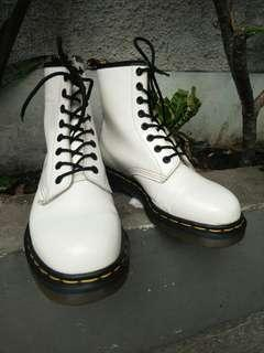 Sepatu Boots Dr. Martens white smooth